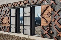 HAMBURGO, ALEMANIA - 26 DE MARZO DE 2016: Detalles arquitectónicos de una de las nuevas construcciones de viviendas a lo largo de Fotografía de archivo libre de regalías