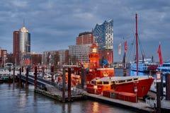 HAMBURGO, ALEMANIA - 27 DE MARZO DE 2016: El bote patrulla del fuego rojo en el puerto deportivo de Hamburgo con su restaurante e Fotografía de archivo libre de regalías