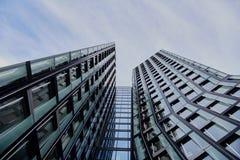 HAMBURGO, ALEMANIA - 27 DE MARZO DE 2016: El edificio de oficinas de las torres famosas del baile en Hamburgo alcanza en el cielo Imagenes de archivo