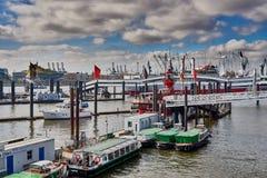 HAMBURGO, ALEMANIA - 26 DE MARZO DE 2016: Los barcos de visita turístico de excursión y otros buques se alinean en el Landungsbru Foto de archivo