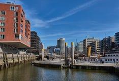 HAMBURGO, ALEMANIA - 26 DE MARZO DE 2016: Los edificios modernos con las oficinas y los apartamentos abrazan un poco puerto con h Imagenes de archivo