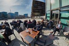 HAMBURGO, ALEMANIA - 26 DE MARZO DE 2016: Los turistas y los visitantes disfrutan de la comida y de bebidas en una de las barras  Foto de archivo libre de regalías