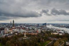 HAMBURGO, ALEMANIA - 27 DE MARZO DE 2016: Panorama escénico sobre Landungsbruecken, nuevo Elbphilharmonie, río Elba, el famoso Fotos de archivo libres de regalías
