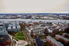 HAMBURGO, ALEMANIA - 27 DE MARZO DE 2016: Panorama escénico sobre Landungsbruecken, pasillos musicales, el río Elba, y muelles ad Fotos de archivo