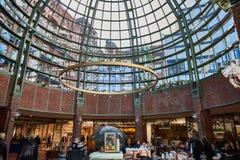 HAMBURGO, ALEMANIA - 26 DE MARZO DE 2016: Paseo de los compradores a través de la alameda exclusiva de Hanseviertel Fotografía de archivo