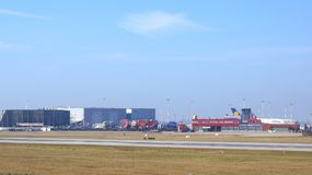 HAMBURGO, ALEMANIA - 9 de marzo de 2014: Estacionamiento de Airbus A380 en el lado de la fábrica de Airbus en el aeropuerto Finke Imagen de archivo libre de regalías