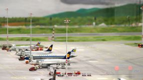 HAMBURGO, ALEMANIA - 8 de marzo de 2014: Flughafen Wunderland Hasta 40 diversos aviones, de Cessna a Airbus A 380, son Imagen de archivo libre de regalías