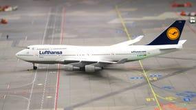 HAMBURGO, ALEMANIA - 8 de marzo de 2014: Flughafen Wunderland Hasta 40 diversos aviones, de Cessna a Airbus A 380, son Imágenes de archivo libres de regalías
