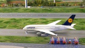 HAMBURGO, ALEMANIA - 8 de marzo de 2014: Lufthansa Airbus A380 que lleva en taxi a la pista con el cuerpo de bomberos en control  Fotos de archivo libres de regalías