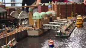 HAMBURGO, ALEMANIA - 8 de marzo de 2014: Miniatur Wunderland es una atracción ferroviaria modelo y el más grande de su clase en foto de archivo libre de regalías