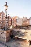 Hamburgo, Alemania - 15 de marzo de 2016: Visión desde el Hohe Bruecke, alto puente, en los edificios históricos en Nikolaifleet Fotografía de archivo