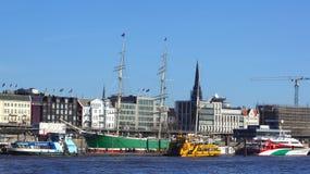 HAMBURGO, ALEMANIA - 8 de marzo de 2014: vista del embarcadero de Binnenhafen en la ciudad de Hamburgo en primavera Éste es embar fotografía de archivo libre de regalías