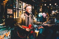 HAMBURGO, ALEMANIA - 31 DE OCTUBRE DE 2015: Una banda de rock-and-roll fascina el auditorio en un pub bien conocido de la música  foto de archivo