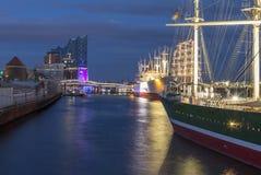 Hamburgo Alemania la Hamburgo elbphilharmony con las naves en para Fotografía de archivo