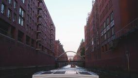 Hamburgo, Alemania Viaje con el barco en los canales de la ciudad vieja en la puesta del sol metrajes