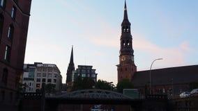 Hamburgo, Alemania Viaje con el barco en los canales de la ciudad vieja en la puesta del sol almacen de video