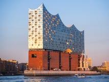 Hamburgo, Alemania Viaje con el barco en el puerto en la puesta del sol Visión en la sala de conciertos famosa fotos de archivo libres de regalías