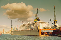 Hamburgo, astillero en el río Elba, barco de cruceros Imágenes de archivo libres de regalías