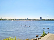 Hamburgo Aussenalster/Alster con horizonte de la ciudad fotos de archivo libres de regalías