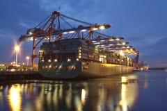 Hamburgo - embarcação de recipiente no terminal Imagens de Stock Royalty Free