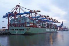 Hamburgo - embarcação de recipiente no terminal Imagem de Stock Royalty Free