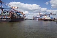 Hamburgo - embarcações de recipiente no terminal Fotos de Stock Royalty Free