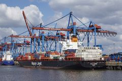 Hamburgo - embarcação de recipiente em Burchardkai Imagens de Stock Royalty Free