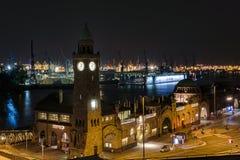 Hamburgo Landungsbruecken na noite, Alemanha imagem de stock