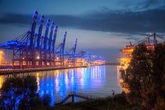 Hamburgo, terminal de contenedores en el puerto azul Fotos de archivo libres de regalías