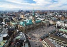 Hamburgo, vista ayuntamiento y el panorama de la ciudad imagen de archivo