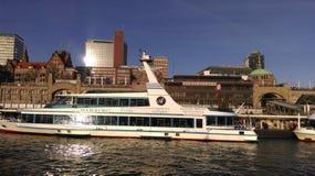 Hamburgs hamn på en solig dag Arkivbilder