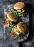 Hamburguer caseiro clássico com costoleta da carne de porco, bacon, salmouras, as cebolas fritadas e o molho de mostarda da maion fotografia de stock royalty free
