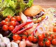 Hamburguer caseiro com legumes frescos e carne Foto de Stock