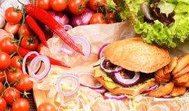 Hamburguer caseiro delicioso com legumes frescos e carne Foto de Stock Royalty Free