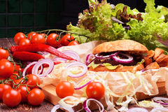 Hamburguer caseiro delicioso com legumes frescos e carne Fotografia de Stock