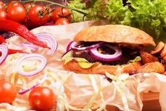 Hamburguer caseiro delicioso com legumes frescos e carne Fotos de Stock
