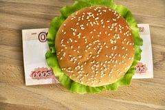 Hamburguer com cinco mil contas do rublo Imagem de Stock