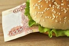 Hamburguer com cinco mil contas do rublo de russo Fotos de Stock Royalty Free