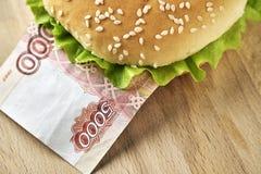 Hamburguer com cinco mil contas do rublo de russo Imagem de Stock