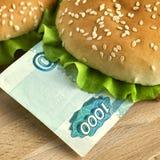 Hamburguer com mil contas do rublo de russo Fotografia de Stock Royalty Free