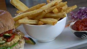 Hamburguer com opinião lateral das batatas fritas Sucata e fast food filme