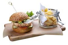Hamburguer com salm?es, queijo e batatas fritas imagens de stock royalty free