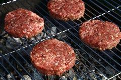 Hamburguer cru da carne para o Hamburger na grade do assado foto de stock