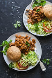 Hamburguer da carne de porco da salsicha com salada no fundo escuro, vista superior Foto de Stock Royalty Free