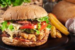 Hamburguer delicioso com galinha, bacon, tomate e queijo imagens de stock
