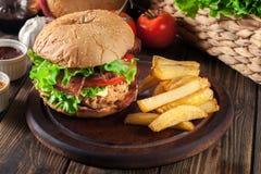 Hamburguer delicioso com galinha, bacon, tomate e queijo fotografia de stock