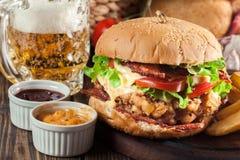 Hamburguer delicioso com galinha, bacon, tomate e queijo fotos de stock royalty free