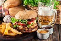 Hamburguer delicioso com galinha, bacon, tomate e queijo imagem de stock royalty free