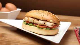 Hamburguer delicioso do peito de frango Alimento afastado foto de stock royalty free