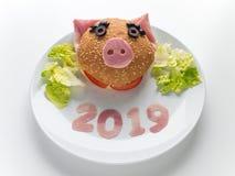 Hamburguer do presunto do ano novo das crianças, salada da alface e 2019 dígitos na placa fotos de stock